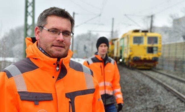 Firmenchef Kevin Kaden (vorn) und Mitarbeiter Marco Zöllmann bei Messarbeiten an der Gleisanlage am Chemnitzer Gleisbogen.