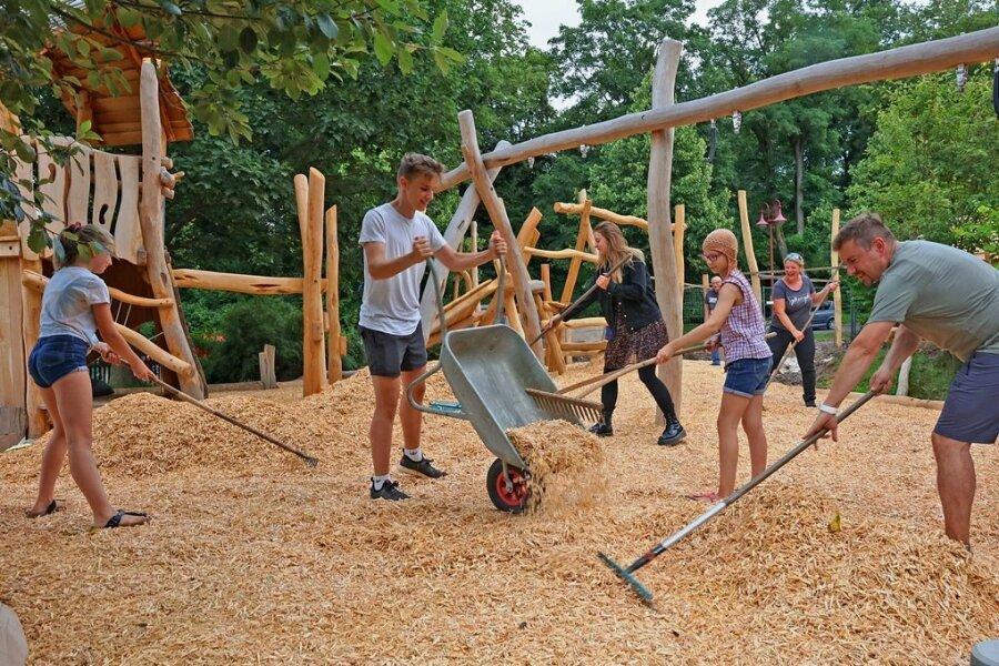 Freiwillige Helfer haben bei einem Arbeitseinsatz tonnenweise Hackschnitzel auf dem Spielplatzgelände verteilt - ein natürlicher Fallschutz, der dank einer effektiven Dämpfung Stürze wirksam absichert.