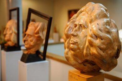 Sie bleiben vorerst unter sich - die prominenten Köpfe der Weltgeschichte, die der sibirische Holzkünstler Leonty Usov geschaffen hat und die gegenwärtig in Annaberg-Buchholz ausgestellt sind.