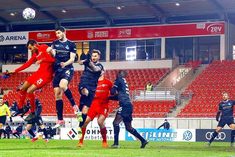 Steffen Nkansah (l.) traf zum 1:0 für den FSV Zwickau