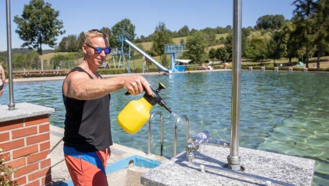 Flächendesinfektion gehört in diesem Sommer dazu. In Mildenau übernehmen das normalerweise Mitarbeiter aus dem Bauhof oder der Verwaltung. Der Mildenauer Schwimmmeister Martin Weinberger packt aber auch mit an.