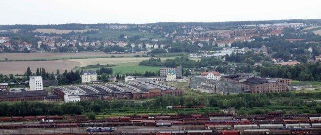 """<p class=""""artikelinhalt"""">Mit dem ehemaligen Gelände des Reichsbahnausbesserungswerks hat die Stadt Zwickau ihren Hut bei der Bewerbung um den Standort einer sächsisch-thüringischen Justizvollzugsanstalt in den Ring geworfen. Das verfolgen einige Anwohner des Areals an der Bülaustraße mit Besorgnis.</p>"""