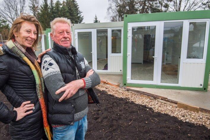 Claudia Lappöhn und ihr Vater Detlef, die Inhaber der SportgaststätteLeukersdorf, wollen künftig Übernachtungen in Container-Wohnungen anbieten.