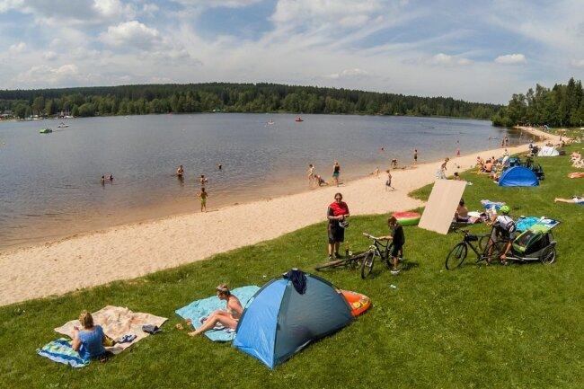 Zeitiges Kommen sicherte am Greifbachstauweiher gute Plätze. Der Siebenschläfertag machte Hoffnung auf mehr Badewetter.