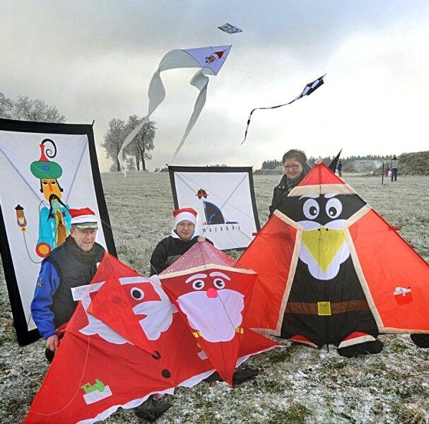 Karl Ulrich und Waltraud Körtel sowie Sohn Falk kommen seit zehn Jahren aus Rotenburg an der Fulda nach Frauenstein zum Weihnachtsdrachenfliegen. Inzwischen haben sie eine stattliche Anzahl an Drachen, die extra für diese Veranstaltung entstanden sind.