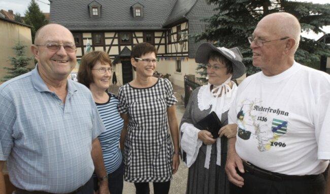 """<p class=""""artikelinhalt"""">Terry und Glenda Hecht (l.) sowie George Thurm (r.) aus den USA stehen mit der Bewohnerin Beate Richter (Mitte) und Gabriele Liebert vom Heimatverein (2. von rechts) vor dem Geburtshaus ihrer Vorfahren. </p>"""
