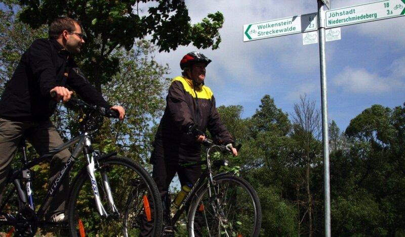 """<p class=""""artikelinhalt"""">Ronny Schwarz (l.) und Matthias Langer gehörten am Freitag zu den ersten Radfahrern, welche die neue Beschilderung auf dem Preßnitztalradweg testeten.</p>"""