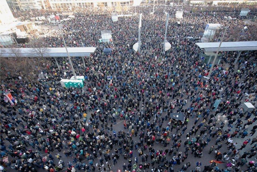 """Zehntausende nehmen an der Demonstration der Initiative """"Querdenken"""" auf dem Leipziger Augustusplatz teil. Die Angaben über die Teilnehmerzahlen schwankten zwischen 20.000 und 45.000. Das Oberverwaltungsgericht hatte unter Auflagen 16.000 erlaubt."""