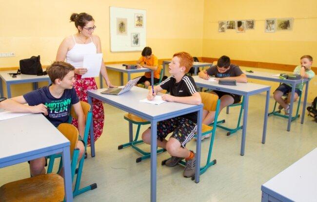 Lehrerin Lisanne Bleßner wiederholt mit den Siebtklässlern die Regeln der Groß- und Kleinschreibung. Gekommen sind (v. li.) Fabian, Fabian, Louis, Nils und Nick.