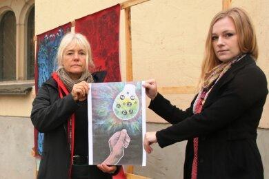 Angela Heinzmann-Berger (links) und Juliane Wohlrab mit einer Kopie des verschwundenen Bildes.