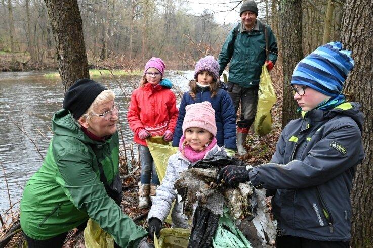Hannelore Thus (li.) mit Lina Hammer (vorn Mitte) und Max Wolf (vorn re.) und hinten (v.li.) Betty Weigel, Nelly Hammer und Karl-Heinz Thuß beim Müllsammeln.