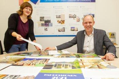 Geschäftsführer Andreas Stephan und Mitarbeiterin Christin Peetz mit den neuen Kalendern.