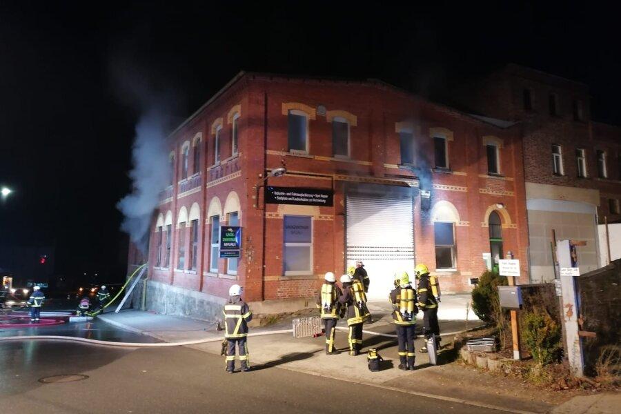 Brand um Mitternacht in Lackierfirma