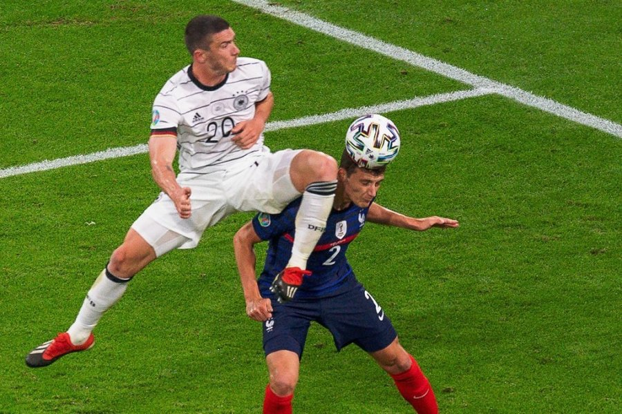 Grenzwertiger Einsatz. Robin Gosens attackiert Benjamin Pavard mit dem Knie voran.