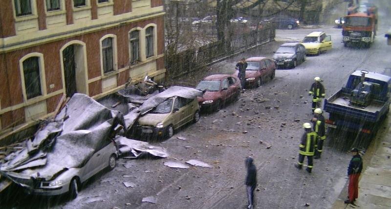 """<p class=""""artikelinhalt"""">Blick auf den Schaden in der Gartenstraße in Falkenstein, wo am Sonnabend Sturmböen das Dach eines Hauses abdeckten. René Alabert machte diesen Schnappschuss aus einem Fenster im Haus gegenüber.</p>"""
