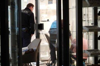 Noch am Dienstagabend sicherte die Polizei Spuren des Raubs.
