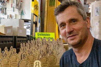 Viel Arbeit vor dem Start: Andreas Fischer bereitet für den 20. Greifenstein-Bike-Marathon Pokale vor. Sie werden von Hand geklebt.