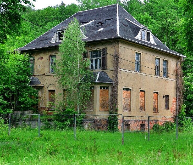 Baufällig und ruinös: So präsentiert sich derzeit die ehemalige Kommandantenvilla im einstigen KZ Sachsenburg.