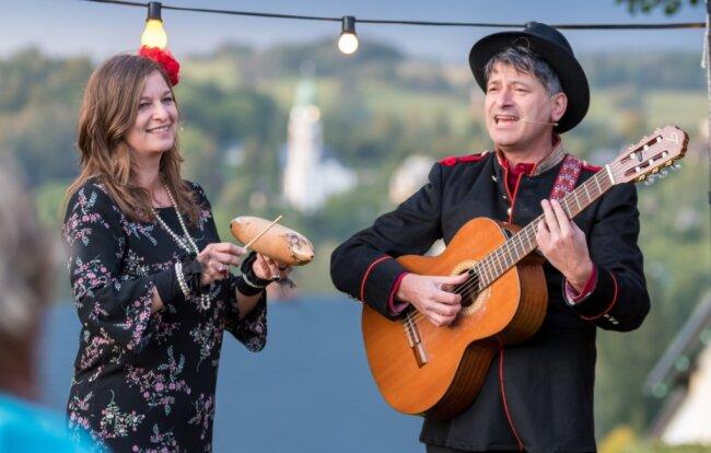 """Die Dresdner Musiker Haike Haarig und Olaf Opitz spielen als Duo Roter Mohn zur 10. Erzgebirgischen Liedertour am Sonntag von 10 bis 17 Uhr an der Kreuzung """"Hand""""."""