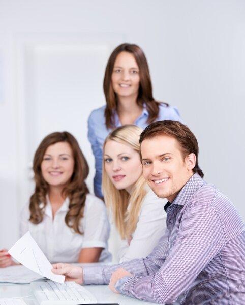 Im kaufmännischen Bereich warten interessante Tätigkeitsfelder und viele Jobs auf Schulabgänger von heute.