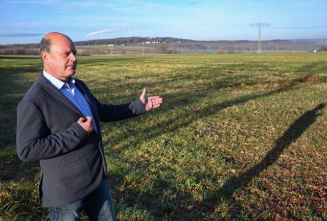 Der Eubaer Ortsvorsteher Thomas Groß steht auf einer Fläche am Ortsrand. Seit einem Vierteljahrhundert gibt es die Absicht, dort ein Gewerbegebiet einzurichten. Passiert ist aber noch nichts.