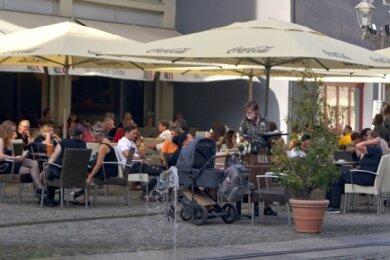 """Oft sind keine freie Tische mehr im Café """"Alex"""" am Zwickauer Hauptmarkt zu ergattern. Vor anderen Gasthäusern gibt es teils kleine Warteschlagen. Schwerer hat es dagegen die Veranstaltungsbranche."""