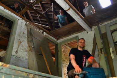 Am Wochenende haben Marcel Herklotz (vorn) und weitere Helfer wieder im fast 400 Jahre alten Paddags-Haus in Pappendorf gearbeitet. Im Obergeschoss liegt die Deckenhöhe bei gerade mal 1,77 Metern.