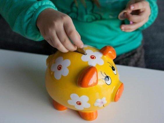 Rein ins Schwein: Einige Eltern wollen einen Teil vom erhöhten Kindergeld sparen.
