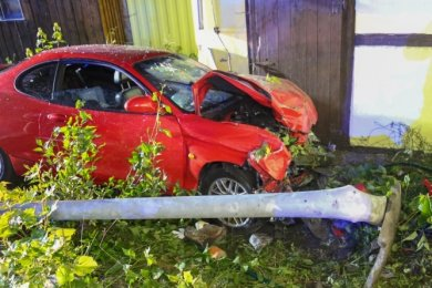 Ein 42-Jähriger prallte am Marienberger Ortsteil Hüttengrund mit einem Hyundai zunächst gegen einen Lichtmast und schließlich gegen eine Hauswand.