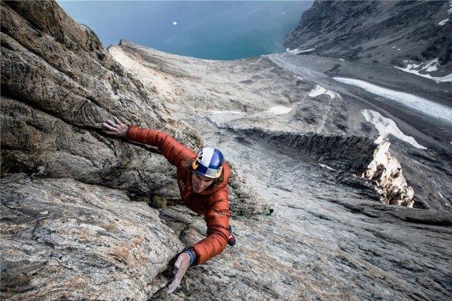 """Stefan Glowacz klettert in der 1300 Meter hohen Big Wall """"Grundvigskirken"""" an der Ostküste Grönlands."""