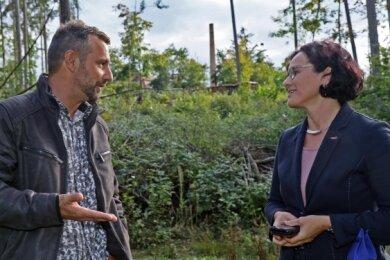 Ex-Verwalter Marcus Hufnagl im Gespräch mit Bürgermeisterin Dorothee Obst (Freie Wähler). Der Schornstein der Kunstlederfabrik (hinten) war vor den Stürmen 2018 von dieser Stelle aus nicht zu sehen.