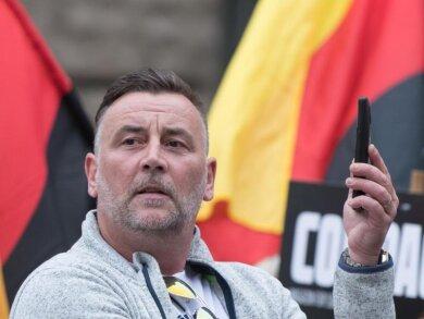 Lutz Bachmann, Gründer und Anführer des fremdenfeindlichen Pegida-Bündnisses, hält Ausschau.