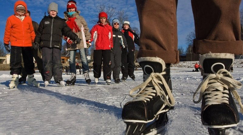 """<p class=""""artikelinhalt"""">Vor dem Schneegestöber haben viele Eisläufer das Bilderbuch-Winterwetter auf dem zugefrorenen Filzteich in Schneeberg genossen. Bei Frost ist täglich von 11 bis 18 Uhr geöffnet. </p>"""