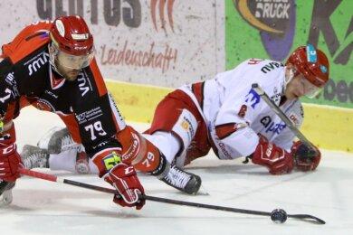 Der Crimmitschauer Mario Scalzi erobert die Scheibe gegen Landshuts Arturs Kruminsch.