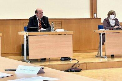Landrat Christoph Scheurer (CDU) und Sozialamtsleiterin Cornelia Bretschneider, die derzeit für das Gesundheitsamt zuständig ist, gaben am Freitag bei einer Pressekonferenz in Werdau Auskunft zur Infektionslage im Landkreis.