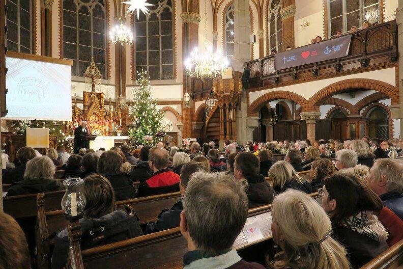 Zum Friedensgebet in der Auer Nicolaikirche kamen 450 Menschen.