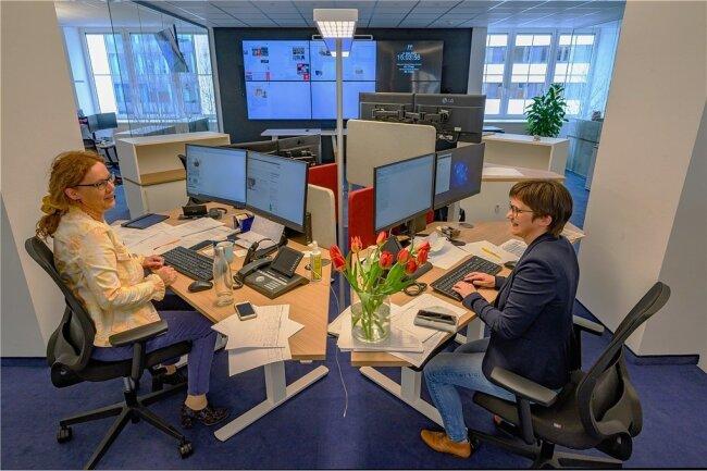 Hier laufen die Fäden zusammen. Jana Klameth, stellvertretende Chefredakteurin (rechts), und Newsdesk-Leiterin Mandy Fischer gehören zum vierköpfigen Team des Themenmanagements.