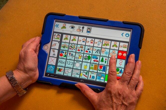 Dieser Tablet-Computer mit App eröffnet Heike Gebhardt aus Hohndorf und ihrem Sohn Marcus neue Möglichkeiten der Kommunikation. Marcus leidet an Autismus. Seit mehr als zehn Jahren nutzt die Familie elektronische Geräte zur Verständigung miteinander.