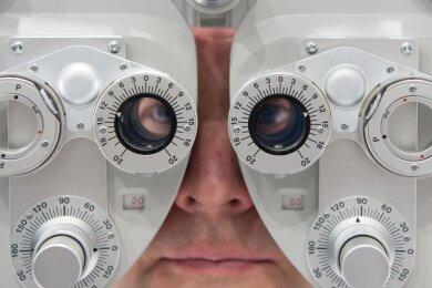 Auf augenärztliche Untersuchungen wie im Foto mit einem Phoropter zur Bestimmung der Sehstärke warten Chemnitzer und Chemnitzerinnen unter Umständen sehr lange. Im Juli hat eine Augenärztin in der Stadt ihre Tätigkeit beendet.