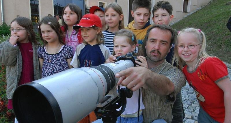 """<p class=""""artikelinhalt"""">Andreas Kretschel, der täglich mit seiner Kamera für die """"Freie Presse"""" unterwegs ist, fotografiert in seiner Freizeit am liebsten Tiere. Zur Ausstellungseröffnung durften die anwesenden Kinder mal durch das gewaltige Objektiv seiner Kamera schauen.</p>"""