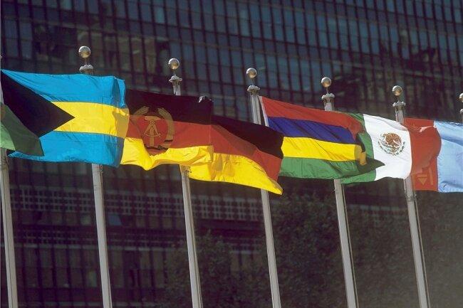 Die Flaggen der beiden deutschen Staaten wehen vor dem UN-Gebäude in New York.