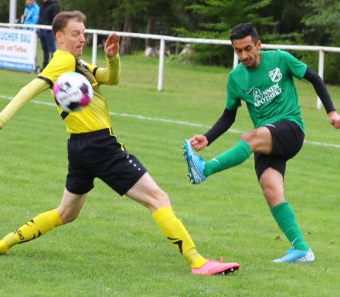 Ali Sanded (r.) hatte mit seinem Treffer zum zwischenzeitlichen 2:0 einen großen Anteil am 4:0-Erfolg des BSV Zschopautal über den FSV Pockau-Lengefeld mit Dirk Gottschalk (l.).