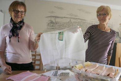 Ria Rödel (rechts) war einst in der Miederwarenfabrik Pausa tätig. Gemeinsam mit Ute Arnold vom Pausaer Heimatverein zeigt sie den noch etikettierten Strumpfgürtel, der sie jetzt aus Polen erreichte.