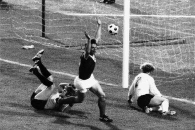 Jürgen Sparwasser (Mitte) bejubelt seinen Treffer zum 1:0 gegen die BRD. Der westdeutsche Torhüter Sepp Maier (l.) und Verteidiger Berti Vogts sind konsterniert.
