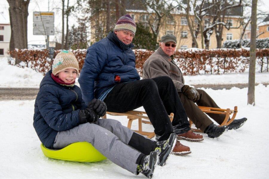 Winterfreuden in Rochlitz: Rodeln im Wohngebiet - Bahn im Bergwald noch leer