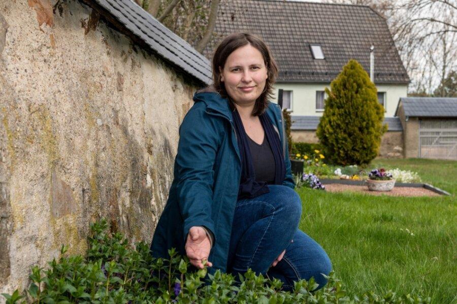 Andrea Schnabel vom Kirchenvorstand in Topfseifersdorf zeigt, wo die Grabanlage für Sternenkinder entstehen soll.