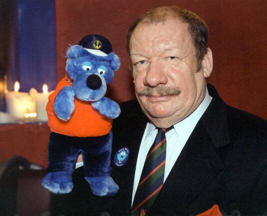 Wolfgang Völz mit einer Plüschfigur von Käpt'n Blaubär, dem er seine Stimme lieh.