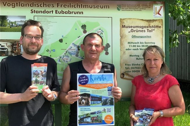 Christof Puschmann, Steffen Gerisch und Margit Forkel (von links) präsentieren die neue Kombi-Eintrittskarte für fünf museale Einrichtungen der Vogtland Kultur GmbH, die ab dem heutigen 1. Juli gilt.