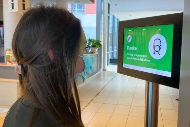 Maskenscanner bei Helios: Im Eingangsbereich des Helios Vogtland-Klinikums überwacht ein neuartiger Scanner die Einhaltung der Maskenpflicht in dem Krankenhaus.