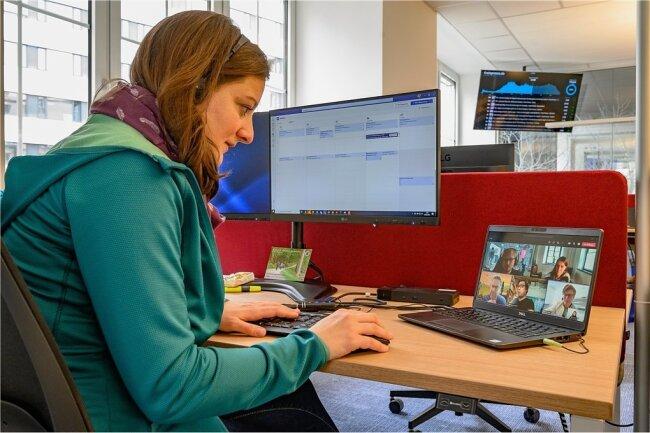 Anne Schwesinger gehört zum Online-Team im Newsroom, die sich per Video-Konferenz mit ihren Kollegen im Homeoffice austauscht.